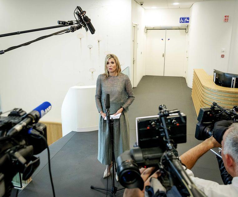 Koningin Máxima geeft een statement over het overlijden van haar zus na een werkbezoek aan het Protonentherapiecentrum in Groningen. Het is het eerste publieke optreden van de vorstin na het overlijden van haar zus Ines