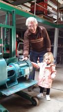 Jan Grootscholten liet zijn kleindochter Gwen kennismaken met een gereviseerde waterpomp.