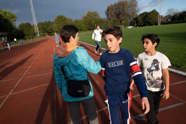 Leerlingen van GO! basisschool 't Pleintje lopen een sponsorloop aan sporthal De Schalk