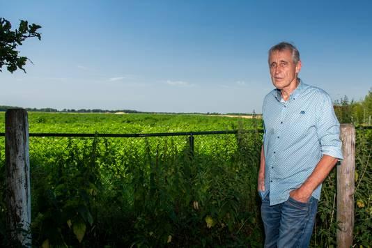 Gert Piening woont aan de rand van het veld waar straks een zonnepark moet komen. Hij zit dat echter niet zitten.