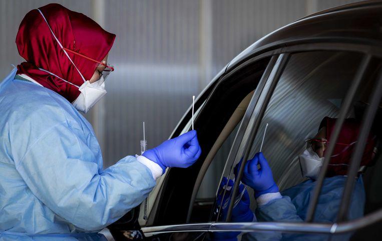 Drive-in waar medewerkers getest worden op corona vanuit hun auto bij het Amsterdam UMC, locatie AMC.  Beeld ANP