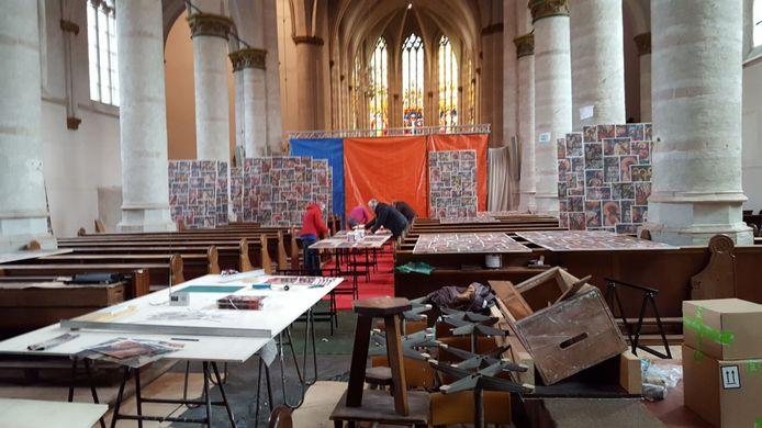 Archieffoto van vrijwilligers aan het werk in de Antonius Abt kerk in Terheijden.