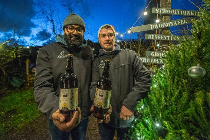 Brouwers Viresh Bachoe en Loek Eerhart presenteren hun nieuwe biertje Zoete Aarde in de gelijknamige buurttuin