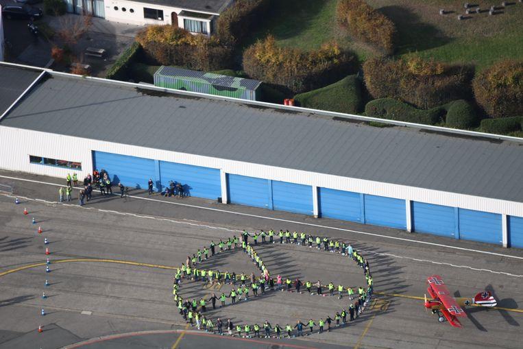 De leerlingen vormden het vredessymbool