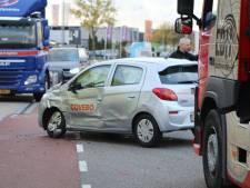 Vrachtwagen ramt auto in Barneveld: één gewonde
