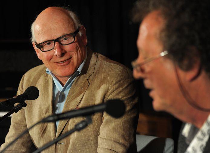 Schrijver Oek de Jong (links) in gesprek van PZC-redacteur Jan van Damme.