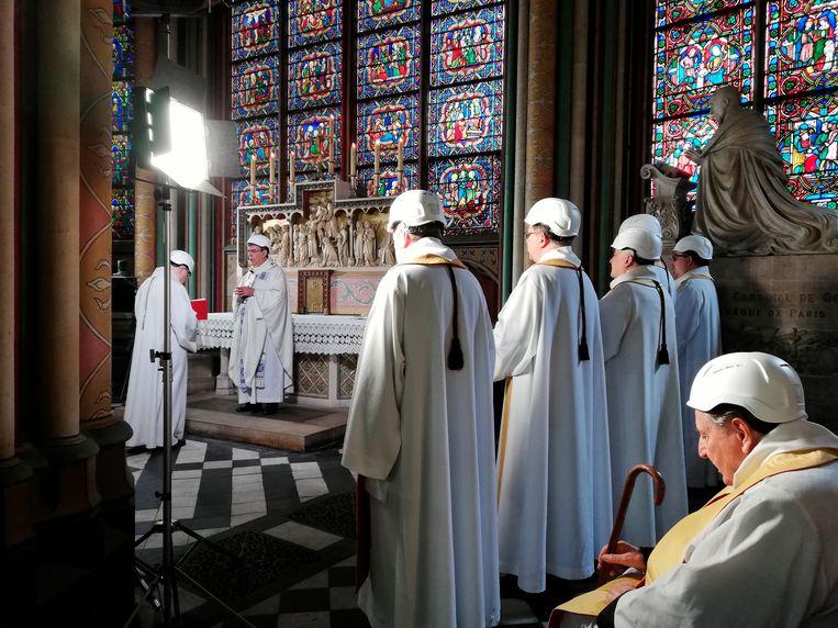 Aartsbisschop van Parijs Michel Aupetit hield de dienst voor dertig priesters in de kapel achter het koor. Allemaal droegen ze een witte werfhelm.