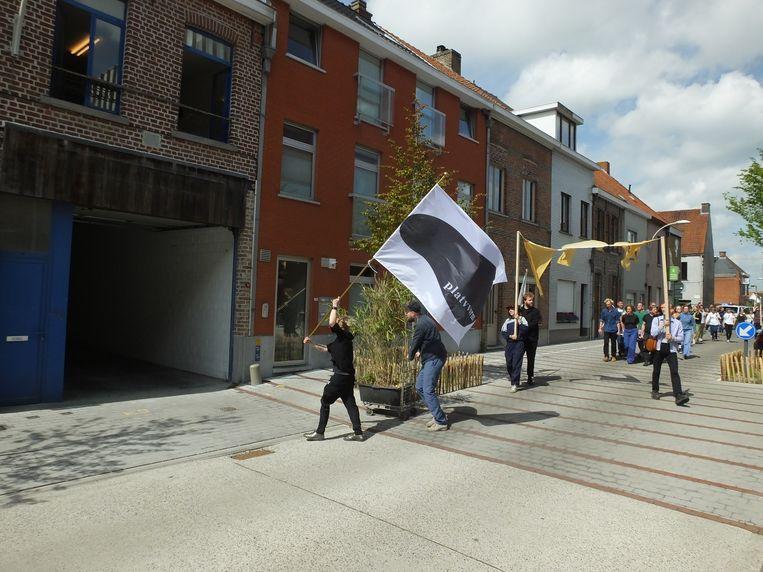 Katelijne De Corte arriveert met haar stoet aan het nieuwe pand in de Kalkhofstraat.