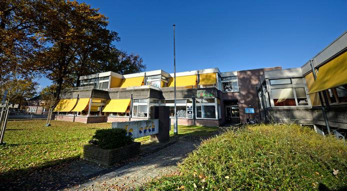 De renovatie van het scholencomplex De Essen, waarin ook basisschool De Esch is gehuisvest, loopt vertraging op.