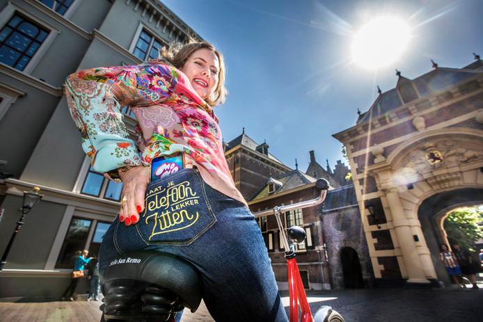 Minister Van Nieuwenhuizen (Verkeer) promoot de campagne tegen appen op de fiets.
