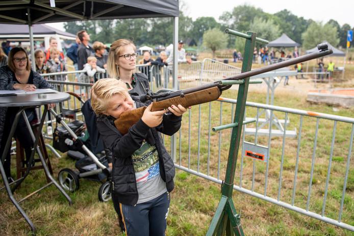 Fabian Tijhuis en zijn vader Willard probeerden ook schietkunsten op de vogel uit.