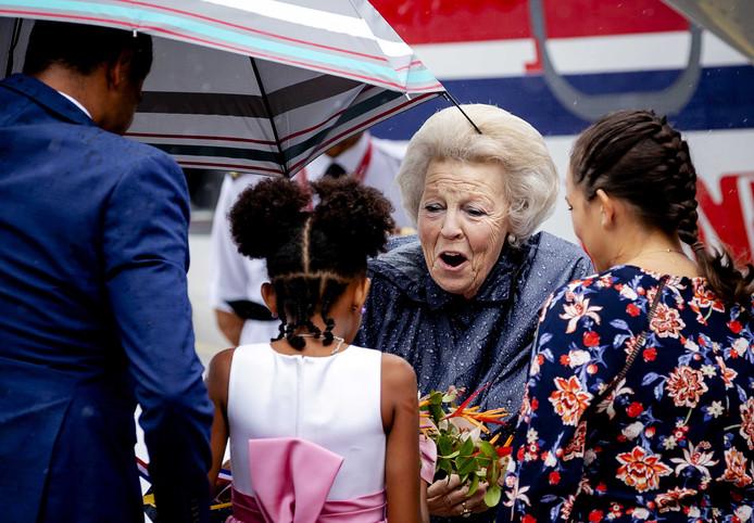 Prinses Beatrix groet de kinderen op Saba