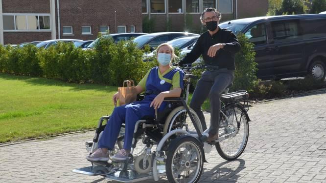 Adviesraad Senioren schenkt rolstoelfiets aan Haaltertse woonzorgcentra