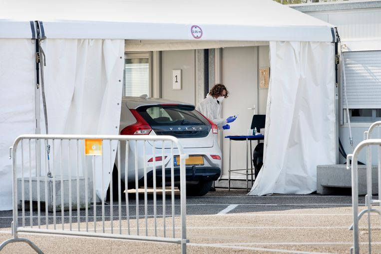 Potentiële coronapatiënten kunnen zich laten testen in de 'huisartsenpost drive-in' op het parkeerterrein van een voetbalclub in Goirle. Beeld Ton Toemen