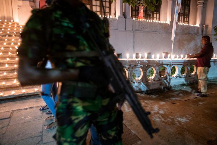 Een militair bij een herdenking voor de slachtoffers van de aanslagen in Sri Lanka. Beeld anp