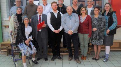 Toneelkring Waaile van Dwoeurp op bezoek in 'Bejaardentehuis De Toekomst'