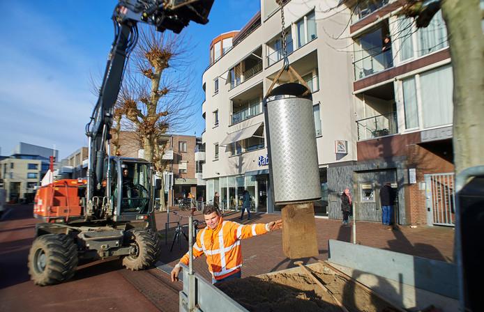 De gemeente verwijdert prullenbakken uit het centrum van Oss. Op de foto het Heschepad.