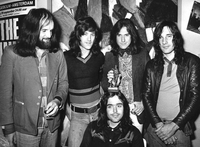 The Kinks na een optreden in 1973 in het Concertgebouw. Ray Davies toont de Edison die de band net heeft gekregen. Beeld Ton Schultz/ANP