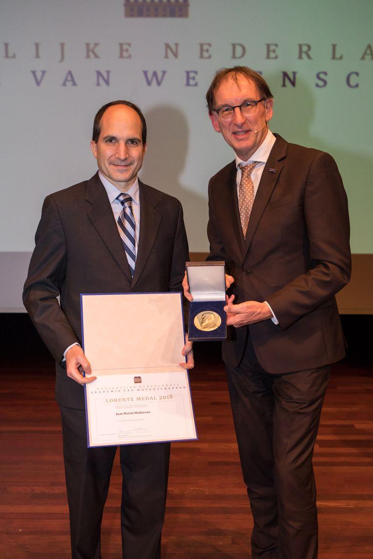 Juan Maldacena (links)  en Wim Saarloos. Beeld Inge Hoogland
