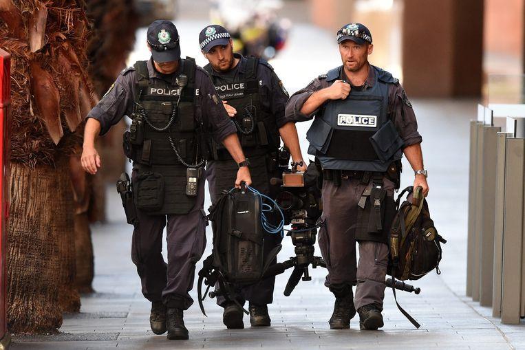 Politieagenten verwijderen een camera uit Philip Street. Beeld epa