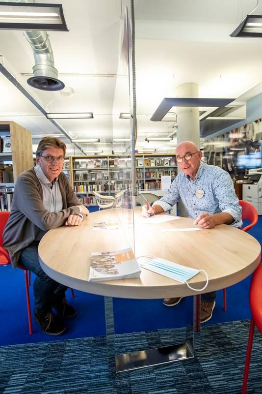 Links directeur van de bieb Rene Siteur , rechts medewerker Gerard Jenneboer.