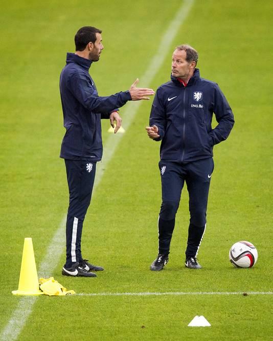 Ruud van Nistelrooy (links) overlegt met bondscoach Danny Blind.