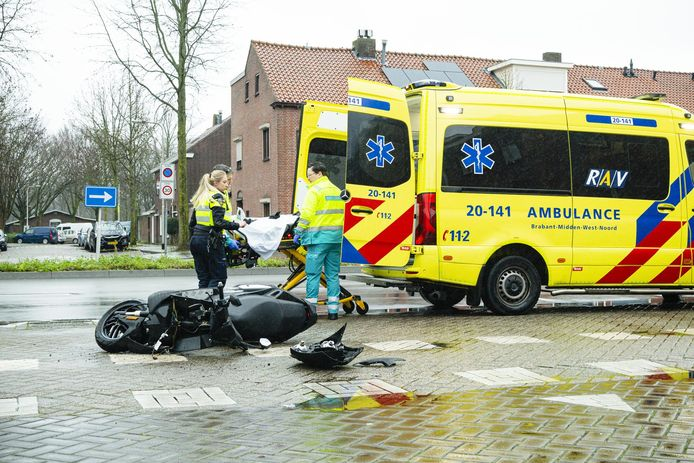 De scooterrijder werd per ambulance vervoerd naar het ziekenhuis.