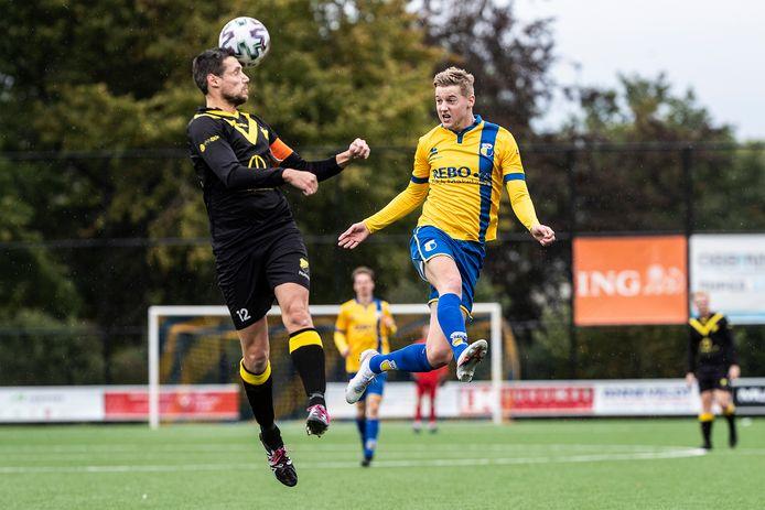 Aron Hebbink (rechts) gaat de lucht in tegen DOS Kampen.