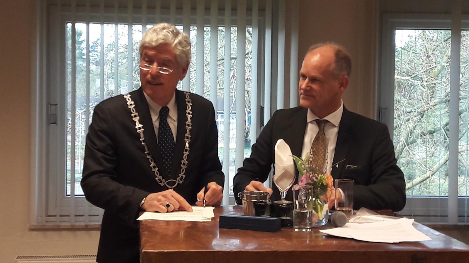 Waarnemend burgemeester Henri de Wijkerslooth en Pieter Siebers van het Centraal Orgaan opvang Asielzoekers