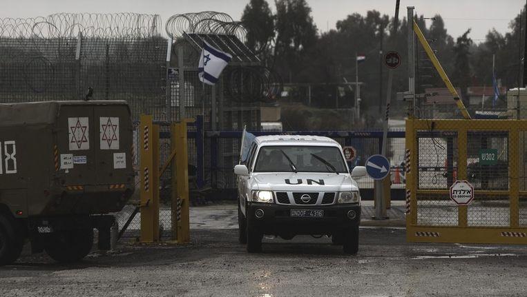 Een van de Verenigde Naties passeert de grens tussen Syrië en Israël nabij de Golanhoogvlakte.. Beeld epa