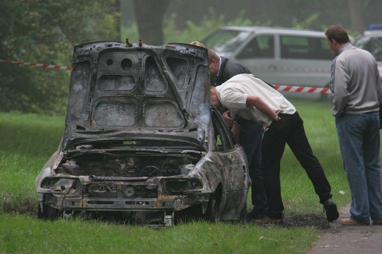 Speurders bij het uitgebrande wrak in het Nederlandse Oostvoorne (Zuid-Holland), foto uit 2005.