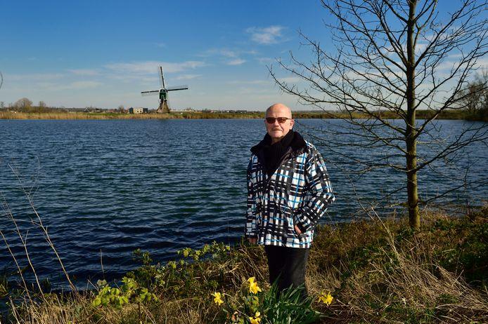 Theo Rietveld bij de Put van Broekhoven die 80 jaar geleden ontstond door de zandwinning voor de A12. Zijn vader vond zijn bruid dankzij dit karwei.