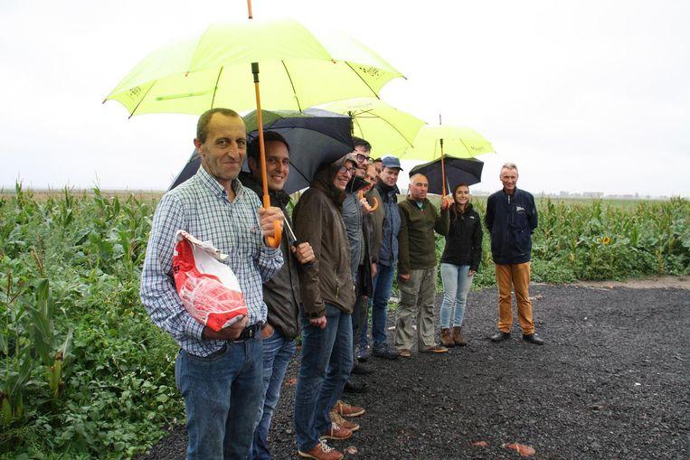 Landbouwer Eric Cloet (vooraan) doet mee aan het project om de patrijs te beschermen.
