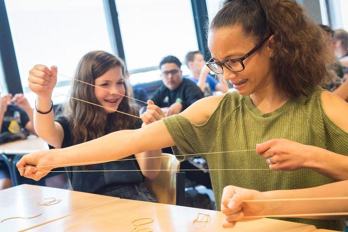 Leerlingen op het Anna Lyceum in Nieuwegein krijgen middels oefeningen met elastiekjes en social media platformen inzicht in hun stressniveau.