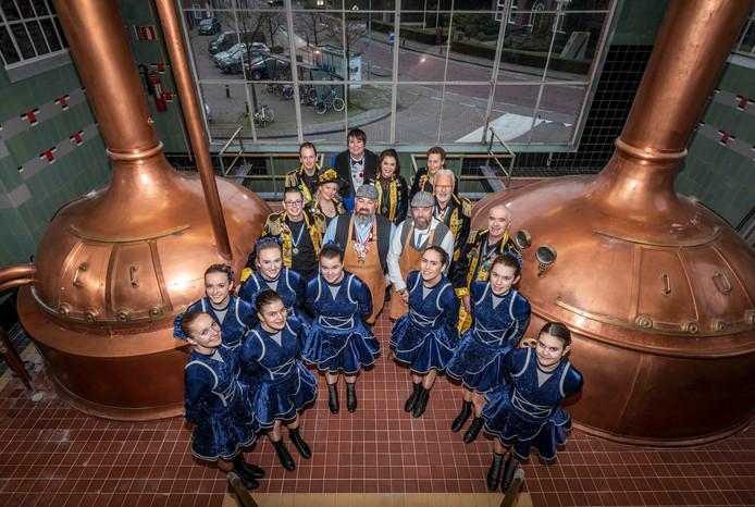 Wendy Follon (achter de brouwers) en Rob Bakermans (links van de brouwers) tussen de andere organisatoren van het Zondagskind en Hop en Mout. Waarbij onder andere het nieuwe carnavalsbier van Dommelen wordt gepresenteerd.