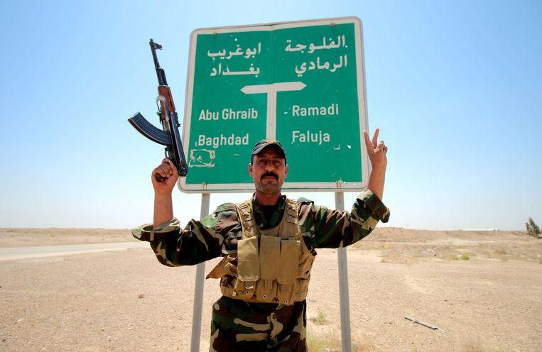 Een Iraakse militair in Fallujah, waar gevechten tegen IS worden gevoerd. Beeld afp