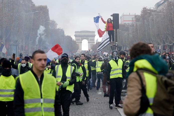Actievoerders op de Champs-Elysees op zaterdag 24 november. De protesten ontaarden al diverse malen in hevige rellen