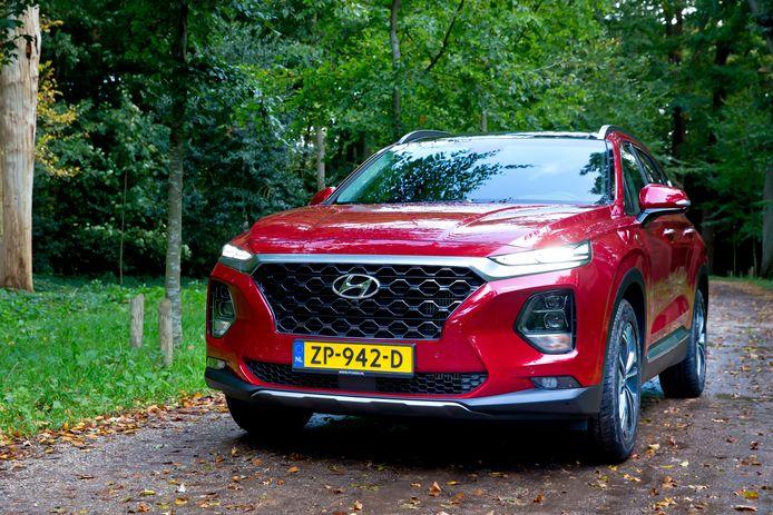 De Hyundai Santa Fe is een forse SUV. Hij is alleen met een 2.2 dieselmotor te koop.
