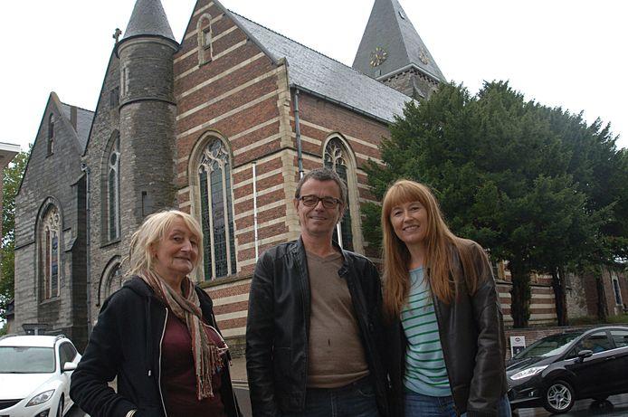 Organisatoren Miriam Dendievel (links), Lode Van Assche en Caroline Commenne voor de kerk van Sint-Denijs.