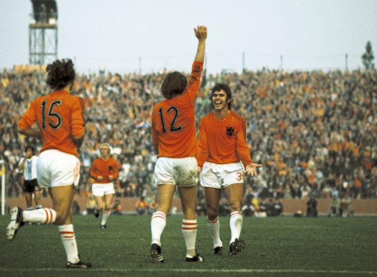 De oranjespelers juichen nadat Ruud Krol (12) 2-0 heeft gescoord. vlnr. Rob Rensenbrink (15), Wim Rijsbergen en Wim van Hanegem. Beeld ANP