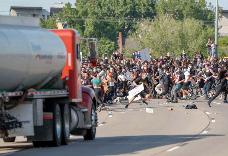 Een truck rijdt in op duizenden demonstranten in Minneapolis. Beeld REUTERS