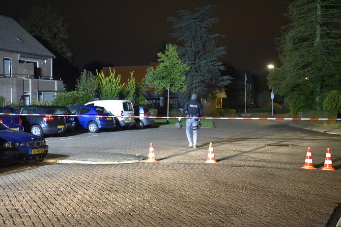 Een politieagent begeeft zich naar het huis waar een verwarde man op het dak is geklommen.