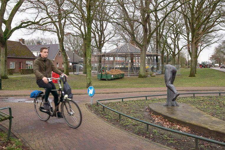 De Oranjedorpstraat in Nieuw-Dordrecht, waar de muziekkoepel door vrijwilligers wordt gerenoveerd.  Beeld Harry Cock