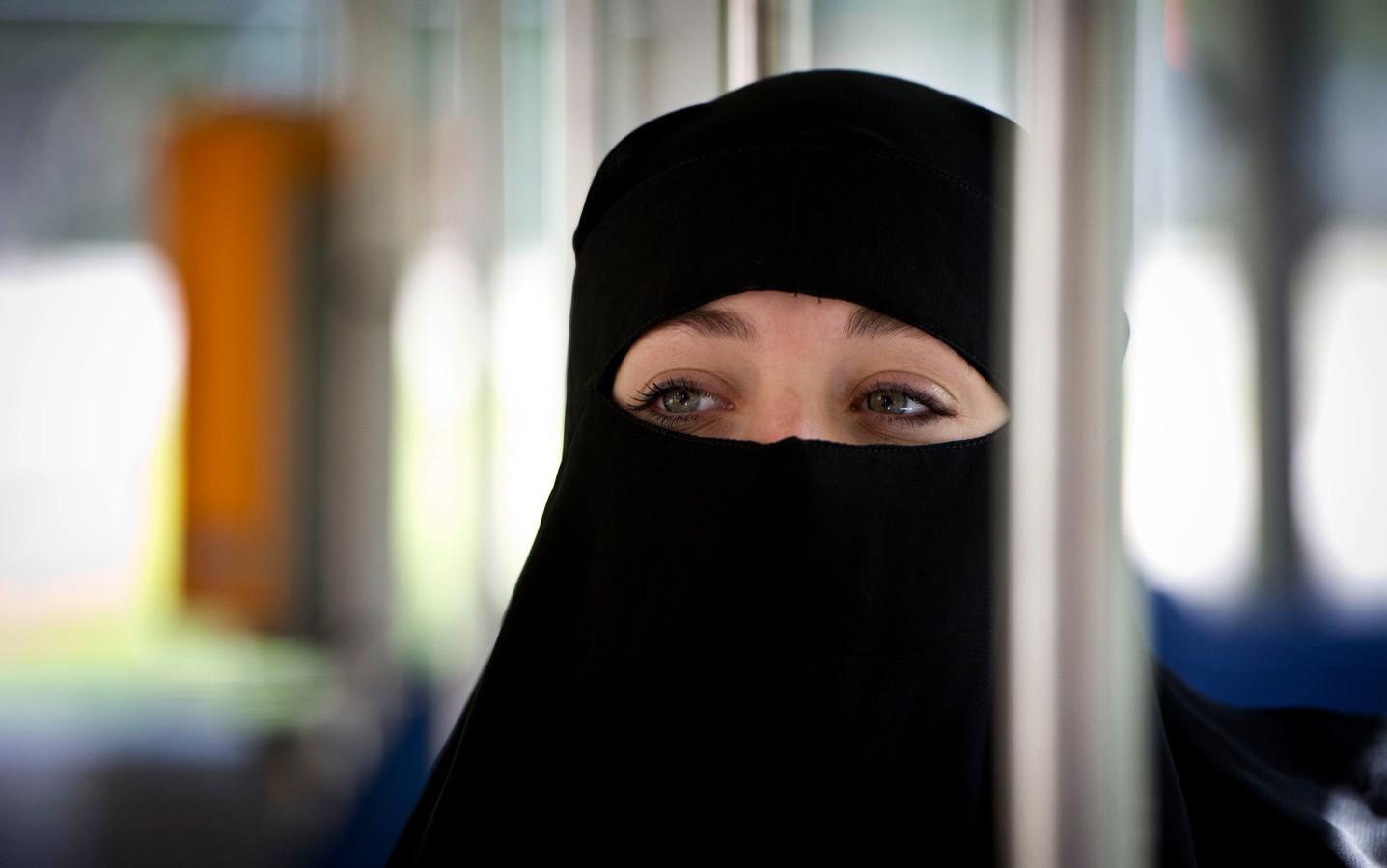 Het dragen van gezichtsbedekkende kleding is vanaf 1 augustus strafbaar.