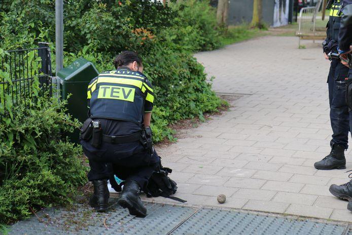 Een gedeelte van het speelpleintje werd afgezet na de vondst van een 'granaat'.