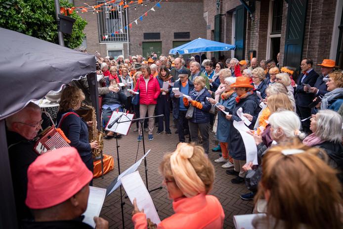 De traditionele aubade bij Café Verheijden op Koningsdag in Arnhem.