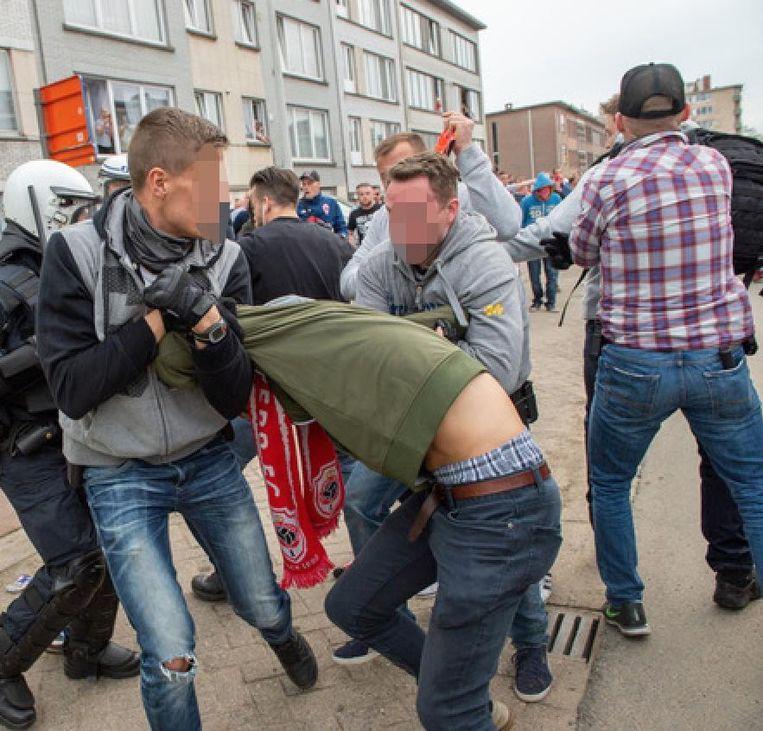 Een relschopper van Antwerp wordt in de Oude Bosuilbaan gearresteerd door agenten in burger.