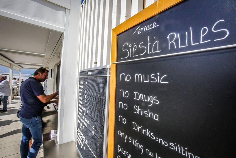 'Knokke Siesta Beach'-reglement voor klanten op vraag van burgemeester Lippens.