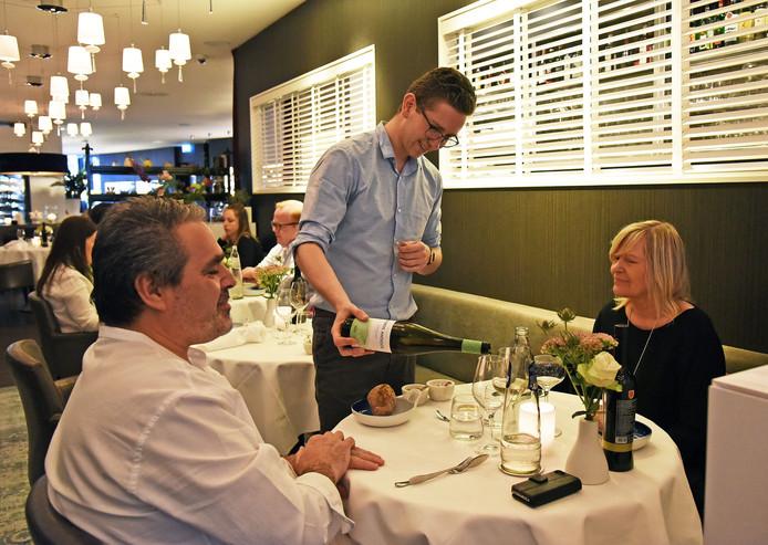 Sommelier Laurent schenkt een Muros Antigos (Portugese topwijn) in.