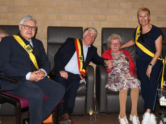 Schepen Bart Van Couwenberghe (N-VA), burgemeester Koen Volckaerts (N-VA) en schepen Gerda Lambrecht (N-VA) zetten Jeanne het afgelopen weekend in de bloemetjes.